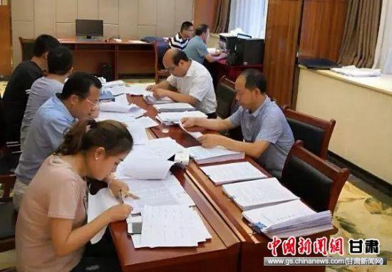陇南市税务局稽查局集中检查相关企业账务。