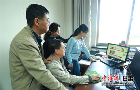 """图为甘肃党史研究室工作人员正在网上查看甘肃""""红色故事""""。"""