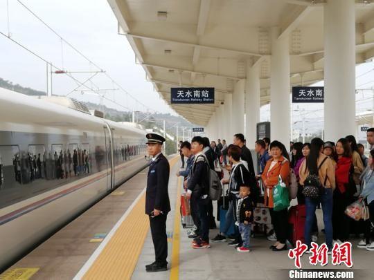 天水南车站有序组织旅客乘车。 柳新伟 摄