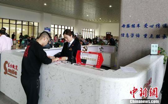 天水南站东方微笑服务台解答旅客疑问。 柳新伟 摄