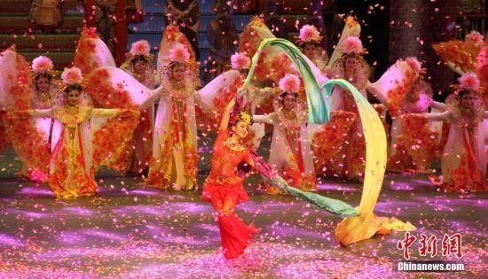 演绎丝路绵绵传友谊,花雨缤纷舞彩虹。 南如卓玛 摄