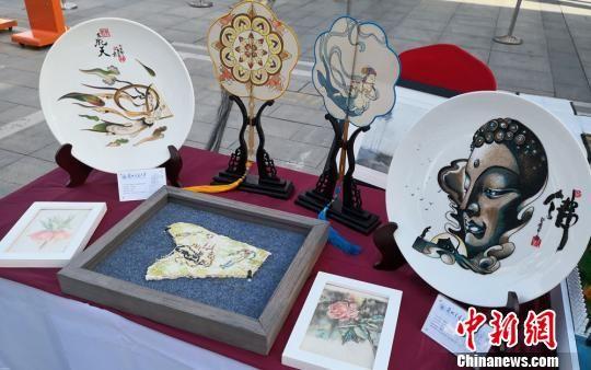 图为甘肃高校学子展示的原创手工作品。 丁思 摄
