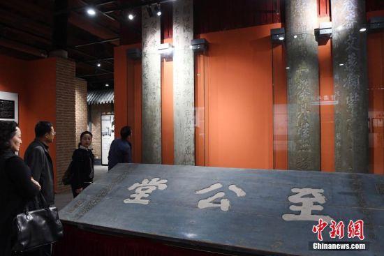 10月11日,甘肃清代贡院修缮完成开门迎客,清代牌匾吸引民众。
