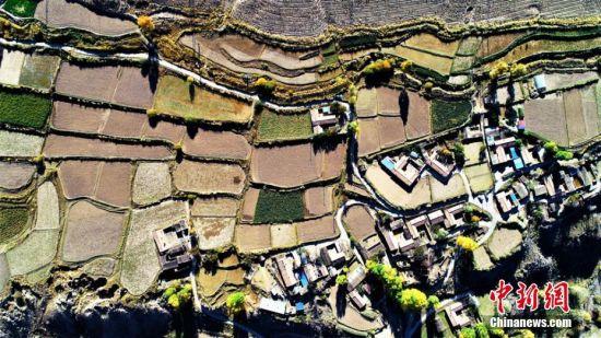 河道两岸村寨。武雪峰 摄