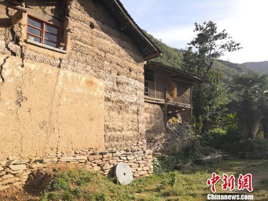 图为阳光下拥有数百年历史的老房子。 杨娜 摄