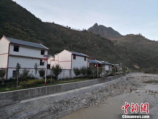图为和古村落一河之隔的新农村,2008年地震之后,张坝村村民陆续搬至新建的房屋内。 杨娜 摄
