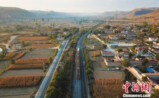 10月11日,中国铁路兰州局集团有限公司大型养路机械设备在陇海线甘草店站附近进行集中整修作业。 宋佳龙 摄
