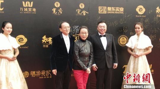 图为内地演员舒耀宣、奚美娟、姜超亮相红毯。 屈雯 摄
