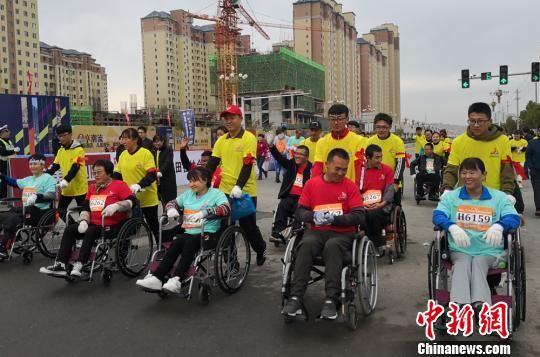 图为轮椅赛组选手做准备。 刘玉桃 摄