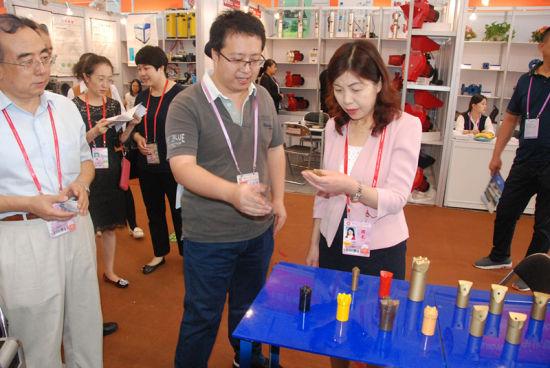 王颖玲听取甘肃睿泰展位负责人产品介绍。