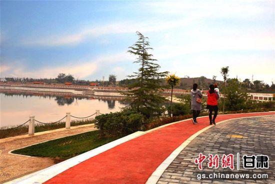 图为庆阳当地市民正在庆阳市城市海绵运动绿地游玩。