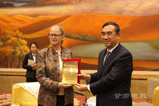 图为甘肃省副省长李斌为Nettie颁奖。