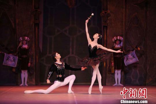 """为了让兰州版《天鹅湖》能够给观众带来更加完美的东西方视觉感受,邀请到了被誉为""""东方的芭蕾公主""""芭蕾首席演员王韵和被誉为""""中国芭蕾骄子""""的芭蕾舞首席演员焦洋领衔主演。(资料图)甘肃大剧院供图"""