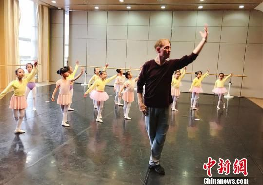 该剧特邀美国知名舞蹈编导布鲁斯・斯蒂尔参与编排创作。图为布鲁斯・斯蒂尔和孩子们上课、排练。甘肃大剧院供图