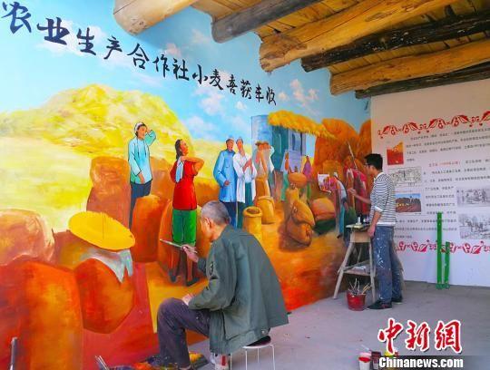 """图为农家屋里的""""红色记忆墙""""。 高展 摄"""