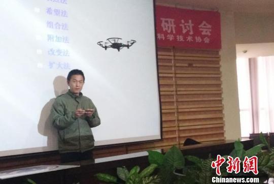 图为专家演示编程控制无人机。 刘玉桃 摄