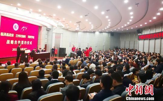 图为中科院兰州化物所与河西学院、临泽县人民政府在会上签署战略合作协议。 南如卓玛 摄