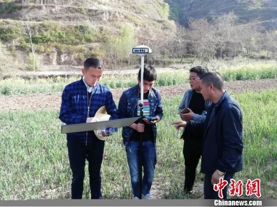 """原质检总局干部张晓龙于2017年赶赴礼县""""挂职""""副县长,为当地发展出谋划策。图为张晓龙正在为为当地一产业选址。(资料图) 钟欣 摄"""