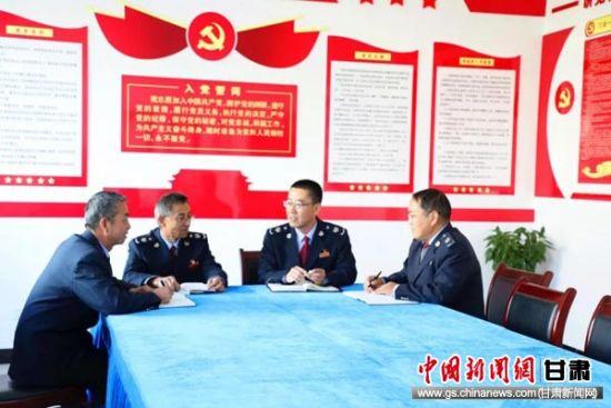 县局党委书记、局长孙海涛同部分基层分局长谈心谈话。