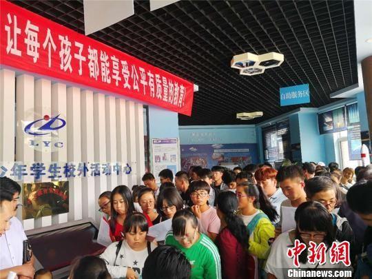 图为2018年8月,甘肃省陇西县排队咨询助学贷款的学生和家长。(资料图) 史静静 摄