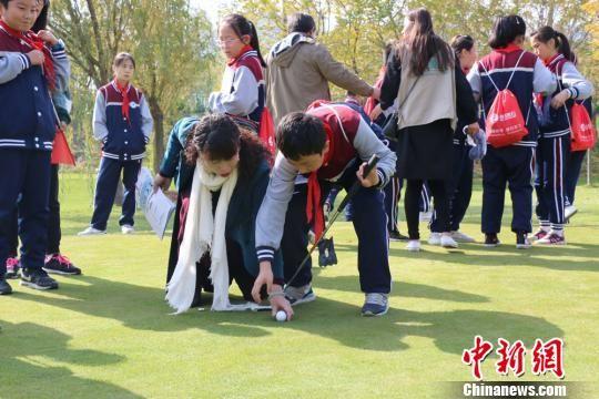 图为小学生体验高尔夫。 刘玉桃 摄