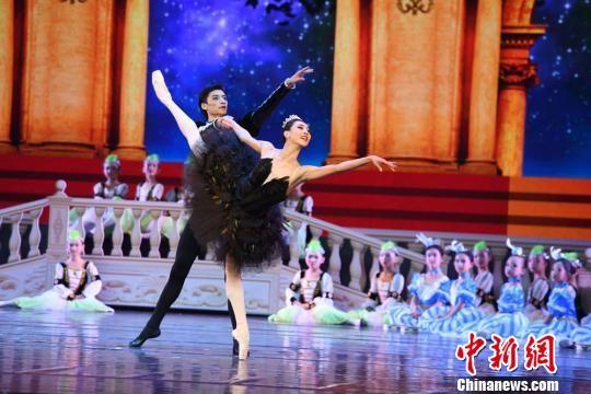 """该剧特邀美国知名舞蹈编导布鲁斯・斯蒂尔,还邀请到了被誉为""""东方的芭蕾公主""""芭蕾首席演员王韵和被誉为""""中国芭蕾骄子""""的芭蕾舞首席演员焦洋领衔主演。 杨艳敏 摄"""