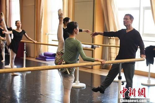 资料图:10月26日,美国导演布鲁斯・斯蒂尔在甘肃大剧院为甘肃少儿教授芭蕾舞。中新社记者 杨艳敏 摄