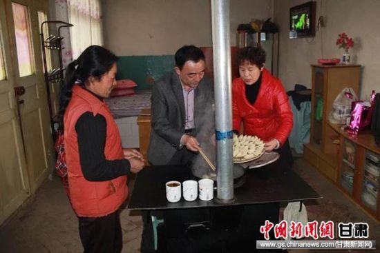 戴林夫妻俩在赵文英家帮助做年夜饭。