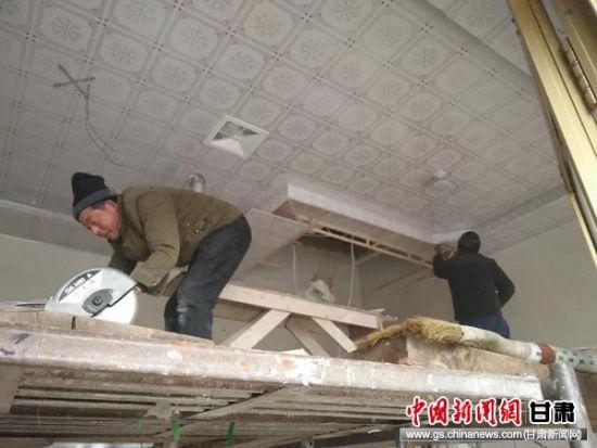 施工人员给马么二力家加装顶棚。