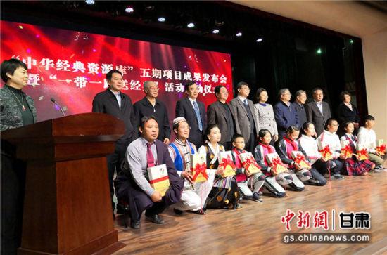 """图为给各学校代表赠送""""中华经典资源库""""项目成果。"""