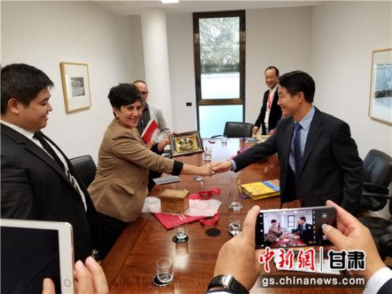 图为西班牙纳瓦拉自治区教育部部长玛利亚・索拉纳会见嘉峪关市市长丁巨胜 。朱明 摄