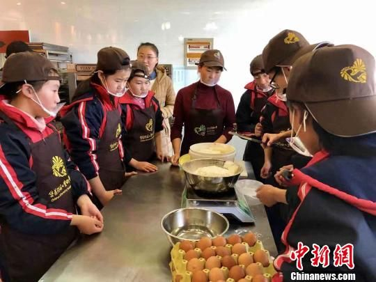 在定西安定特教学校的烘焙房里,听障学生们正在专业老师的指导下制作糕点。 王祖敏 摄