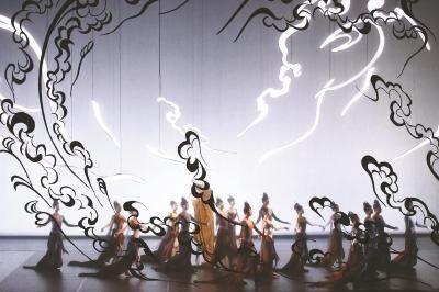 中央芭蕾舞团舞剧《敦煌》用舞蹈演绎敦煌石窟中的飞天壁画,同时将敦煌文化保护传承者的坚守之心娓娓道来。(中国上海国际艺术节供图)