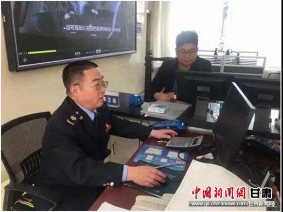 图为陈祯林在办税服务厅测试金三系统操作流程。