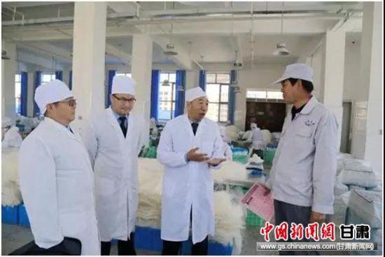 陈祯林和县局领导进企业了解生产经营情况。
