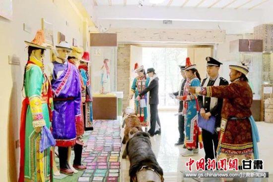 图为肃南裕固族自治县税务局干部走访民族特色企业尧熬尔原生态文化传承有限责任公司