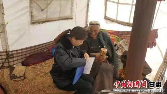碌曲县税务干部给帮扶户老人送去日常用品。