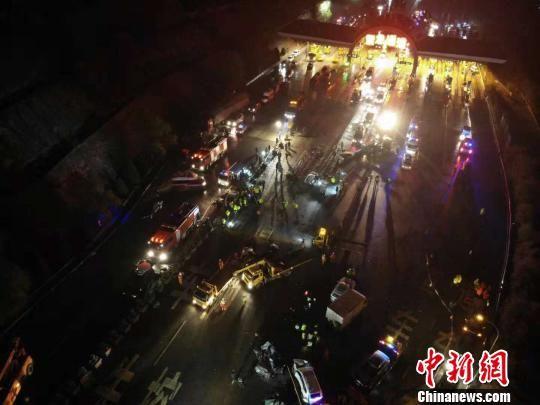图为11月3日,兰海高速兰州南收费站出口发生一起重大交通事故。图为航拍现场图。(资料图) 杨艳敏 摄