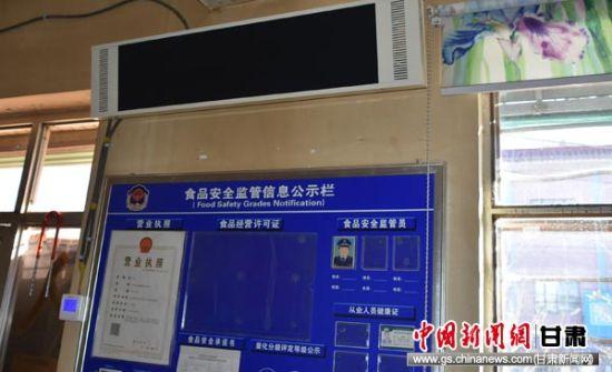 图为商店内架设的碳晶电热板。