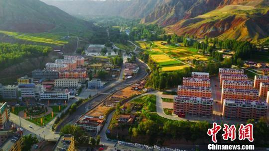 图为秋季的肃南县城。(资料图) 武雪峰 摄