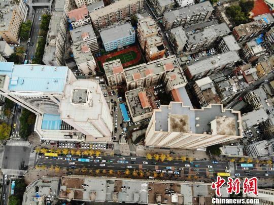 """兰州市城关区已对690余栋建筑的楼顶垃圾杂物进行了全面清理,净化城市建筑""""第五立面""""。 杨艳敏 摄"""