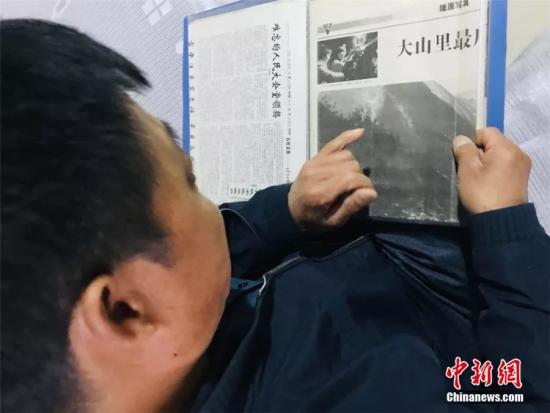 图为尹凤民回忆当时全国媒体关注放映队的情形。闫姣 摄
