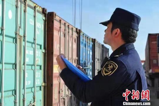 图为兰州海关对中欧国际货运班列实施监管。兰州海关供图