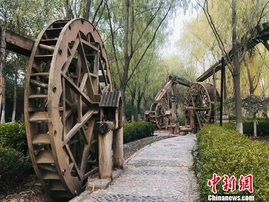 图为水车博览园中的一角,小水车分布于步行道之间。 艾庆龙 摄