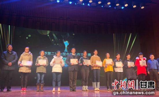 """图为""""视野第二届全国中学生作文大赛""""一等奖获得者。"""