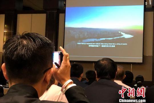 马来西亚企业家对甘肃推介兴趣浓厚,纷纷拿起手机记录。 陈悦 摄