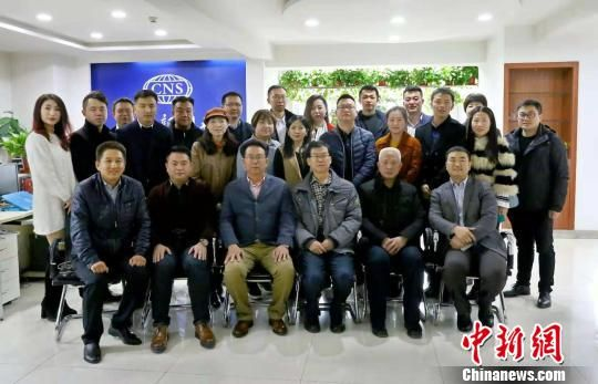 11月中旬,应中新社甘肃分社邀请,在甘侨资企业代表相聚举行了座谈会。图为会后合影。 杨艳敏 摄