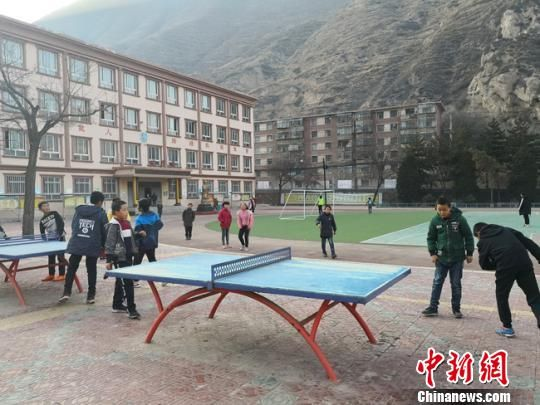 图为午后的校园,同学们打乒乓球。 杨娜 摄