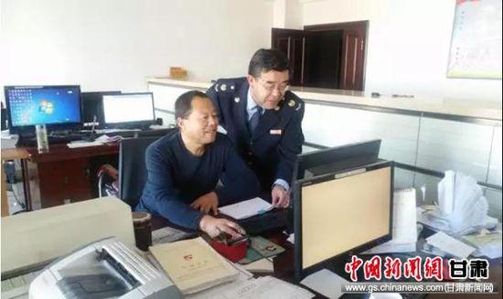 天祝县税务局华藏寺税务分局干部帮助玉通碳化硅有限责任公司人员处理涉税业务。
