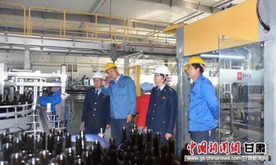 古浪县税务局税政股人员详细了解甘肃石岛玻璃有限公司生产经营状况。